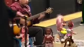 Man sings la bamba in subway with dancing dolls - Video