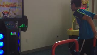 Kid absolutely crushes arcade dancing game - Video