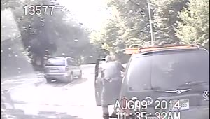 Police officer saves choking woman - Video