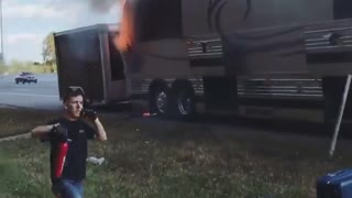 The tour bus of country singer Chris Lane Bursts in fire - Video