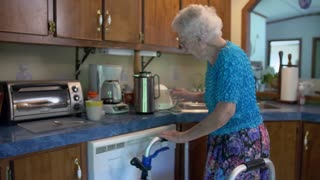 100-year-old Eva wakes up between 3-4 and heads for her sewing machine - Video