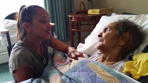 Talented Woman Sings For Her Grandmother Suffering From Dementia