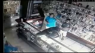 Watchful Seller Prevents Theft - Video