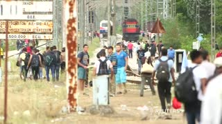 Crowds of migrants grow at Greece-Macedonia border - Video