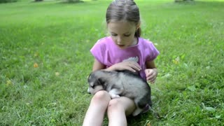 little girl sings a puppy her lullaby song!