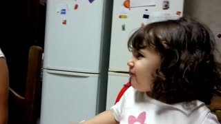 Little girl's priceless reaction after tasting onion - Video