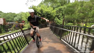 Unicycle rider shows off mind-blowing freestyle stunts - Video