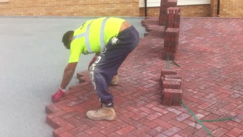 Bricklayer's Unbelievable Technique Gets the Job Done in Seconds