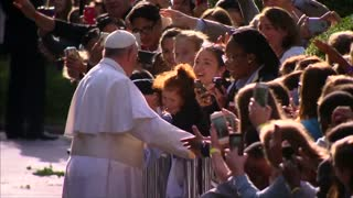 Selfies and smiles as Pope greets fans on way to Congress - Video