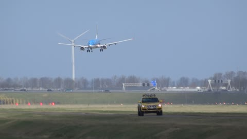 Wind Shear Forces Pilot To Perform A Go-Around