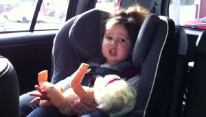Baby shows off adorable singing skills - Video