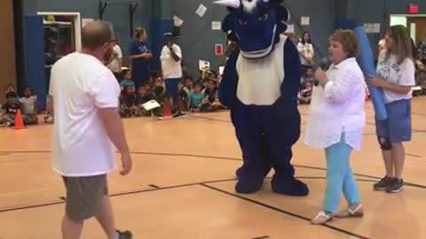 Guy dresses up as school mascot for surprise proposal to teacher girlfriend!