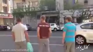 Norwegian tourists trying to cross a street in Tehran - Video
