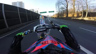 Motorcyclist pulls off 1.5 mile wheelie through traffic! - Video