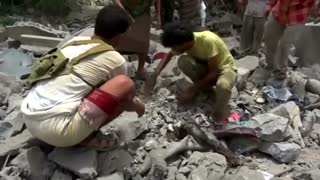 Saudi-led warplanes batter Yemeni port, aid group sounds alarm - Video
