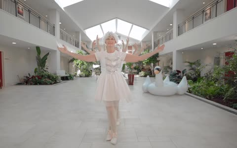 Retirement home residents recreate Taylor Swift's 'Shake It Off'