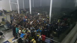 Migrants clamour for food at Roszke camp - Video