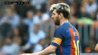 Messi stopping the referee from bumping into him - Video