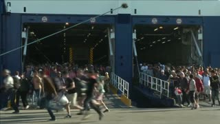 Hundreds of migrants reach Greek mainland - Video