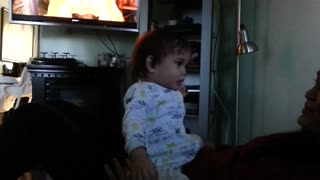 "Beba llorando escucha ""Let It Go"" y baila al ritmo de Frozen de Disney - Video"