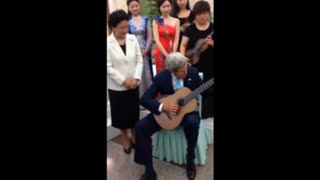 John Kerry plays classical guitar in China - Video