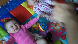 Dad makes twin babies laugh hysterically - Video