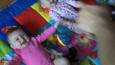 Dad makes twin babies laugh hysterically