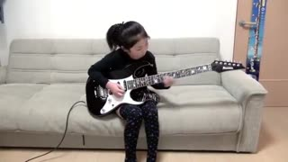 Little girl plays bass well - Video