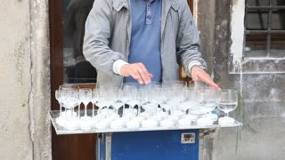 Street artist playing some music with GLASSES ! - Video