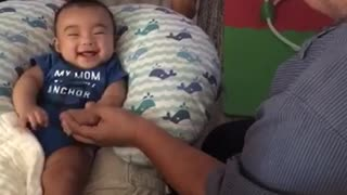 Baby hilariously arm wrestles with uncle - Video