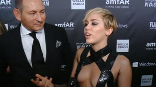 Rihanna, Miley Cyrus honor designer Tom Ford - Video