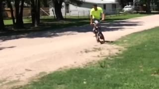 Guy tries to do a spin on his bike and gets a face full of dirt - Video