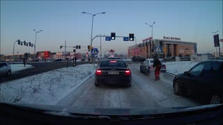 Good Samaritan Helps Driver Stuck In Snow At Stoplight - Video