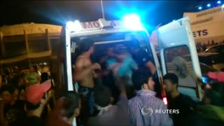 Migrants scuffle with police for second day on Greek island - Video