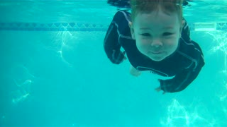 Talented baby jumps in and swims across pool - Video