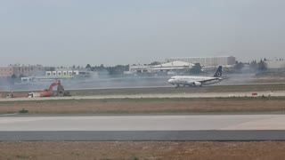 Turkish Airlines plane makes emergency landing in Istanbul after engine fire - Video