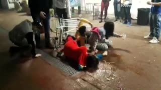 Three people in shopping cart fall - Video