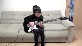 Young girl with bass talent - Video