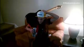 Drunk guy plays guitar and beer - Video