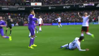 La patada de película del defensor Raphaël Varane - Video