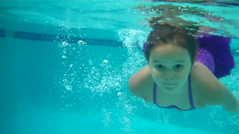 3 year old Swims 32 feet across a pool !!