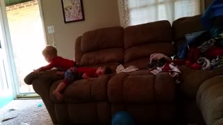 Twin babies play peek-a-boo - Video