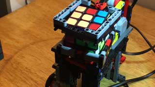 Lego-built machine solves Rubik's Cube - Video