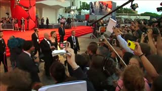 "Eddie Redmayne and co-stars walk wet red carpet for ""The Danish Girl"" premiere - Video"