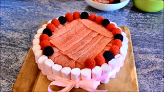 Tarta de chuches - Popular Spanish candy cake for sweets lovers - Video