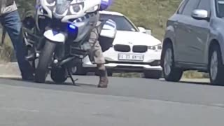 Cop Struggles to Mount Motorcycle - Video