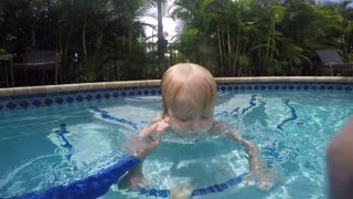 Baby knows how to save herself in the pool