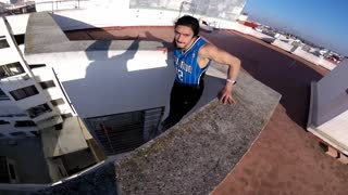 Parkour Athlete Does Rooftop Dips On a 40-meter ledge