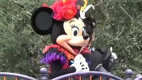Queen Minnie Mouse Performs Her Show