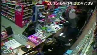Shopkeeper fights off knife-wielding robber - Video